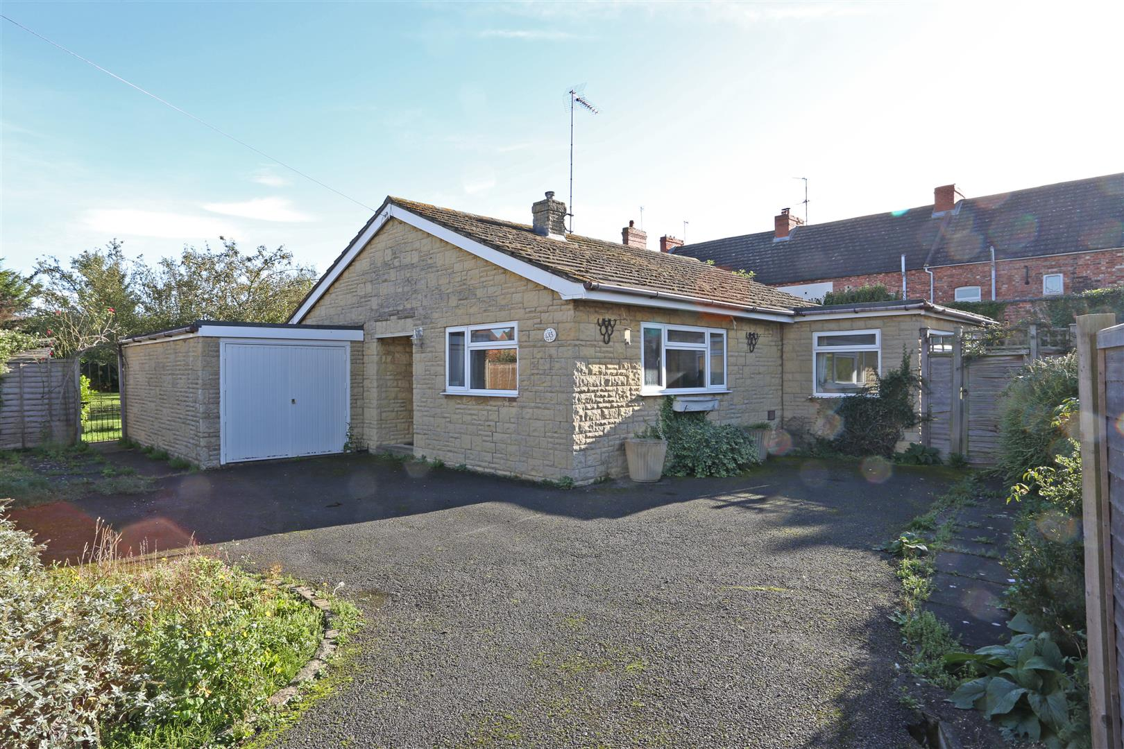 2 Bedrooms Detached Bungalow for sale in Wellingborough Road, Finedon